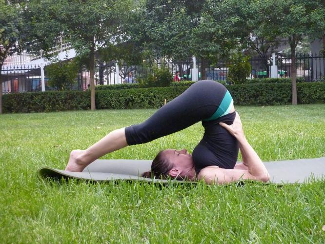 shoulder stand, yoga posture, yoga shoulder stand, Abenefits of yoga, reasons why yoga is better than the gym, what are the benefits of yoga that a gym doesn't have, what is yoga, who yoga over gym, yoga, yoga or gym, gym, yoga 101, wellness, wellnessworks, Yoga mat