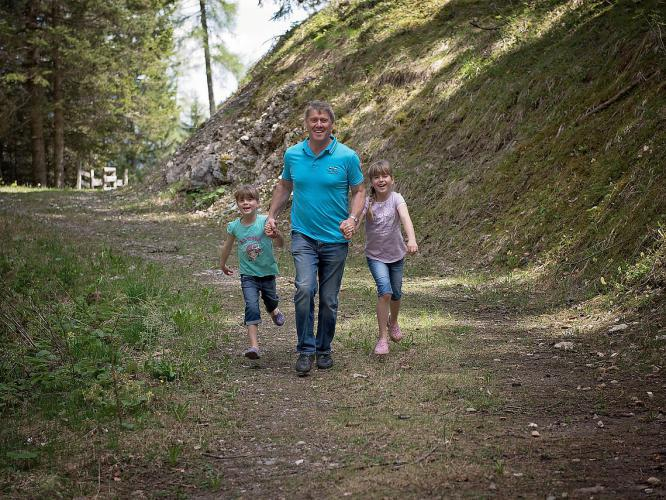 family-nature-walk-forest-bathing