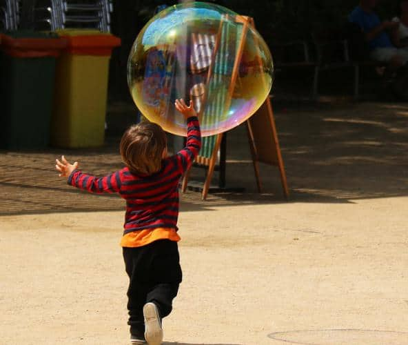 teaching-mindfulness-to-kids-playing-with-balloon
